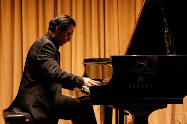 O talento de Alvaro Siviero emocionou o público, encantado com o belíssimo repertório.