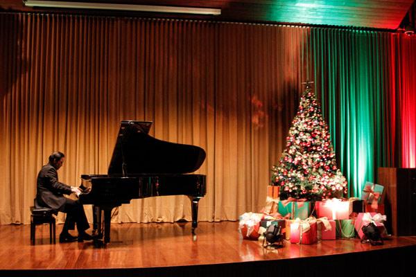 É Natal e o verdadeiro espírito deste momento especial foi resgatado por meio da música clássica e da sensibilidade do consagrado pianista.