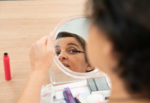 Pesquisa Global Mostra a Importância das Oficinas de Automaquiagem na Confiança e Autoestima das Mulheres em Tratamento Oncológico